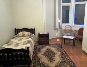 Interiörbild från ett av rummen där endast en säng syns