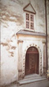 Postal där man ser den typiska trekanten över dörren som så ofta ses över dörren på våra hus