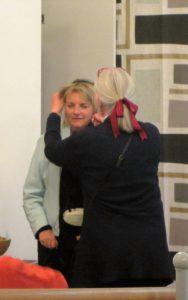 Här hjälper Lotta Ann på med förstarkningsanläggningen