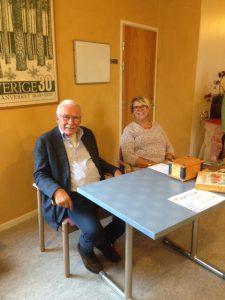 Bo och Monica är redo för signering av böcker och betalning