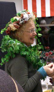 Här har Chrisina G draperat sig blomster och girlander för en Caravaggioselfie